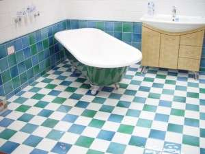 bathtub-on-green-blue-and-white-tiles-interior_w725_h544